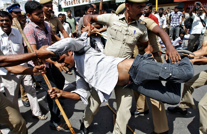 Police detain a demonstrator during a protest against the Kudankulam nuclear power plant, in the southern Indian city of Chennai September 11, 2012 (Reuters / Babu)