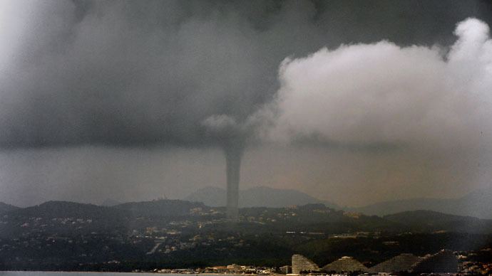 Tornadic waterspout rips through the South of France  (VIDEO)