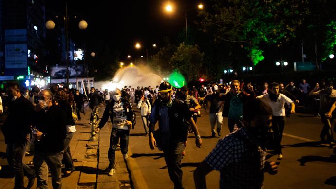 Protesters run on June 9, 2013.(AFP Photo / Marco Longari)