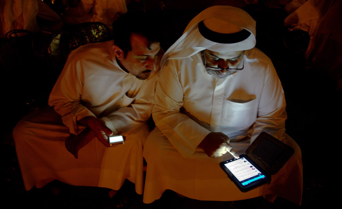 Kuwaiti citizen checks his Twitter feed. (Reuters / Stephanie McGehee)