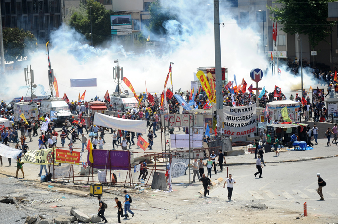 A general view of Taksim square is picutred during clashes between demonstrators and riot police on June 11, 2013 (AFP Photo / Bulent Kilic)