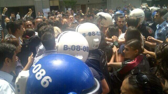 Turkish police 'attack' protesting lawyers at courthouse, many arrests (VIDEO)