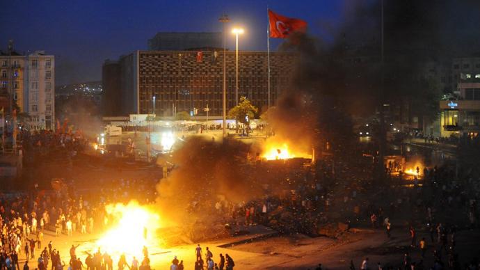 Protestors clash with Turkish riot policemen on Taksim square on June 11, 2013. (AFP Photo / Bulent Kilic)