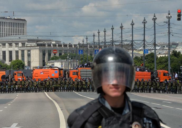 Police cordon during the opposition march in Bolshaya Yakimanka Street in Moscow. (RIA Novosti/Iliya Pitalev)