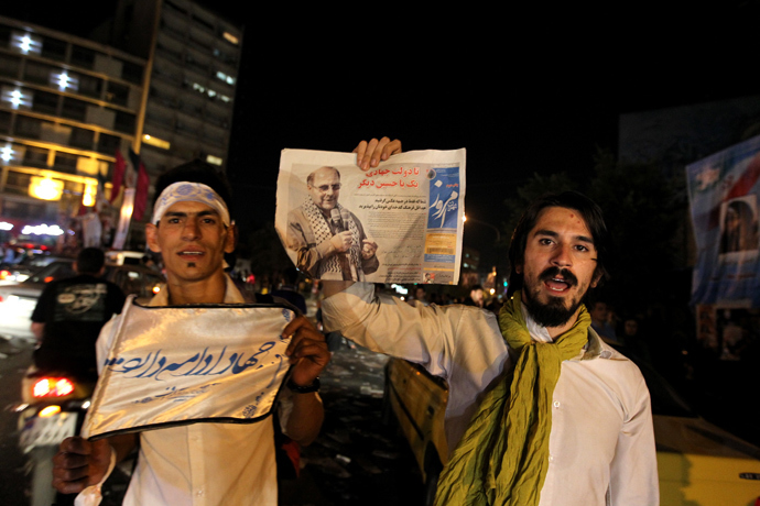 Supporters of Mohammad Bagher Ghalibaf, presidential candidate and Tehran's mayor, hold portraits of him in a street rally at street rally at Valiasr square in Tehran, on June 12, 2013 (AFP Photo / Atta Kenare)