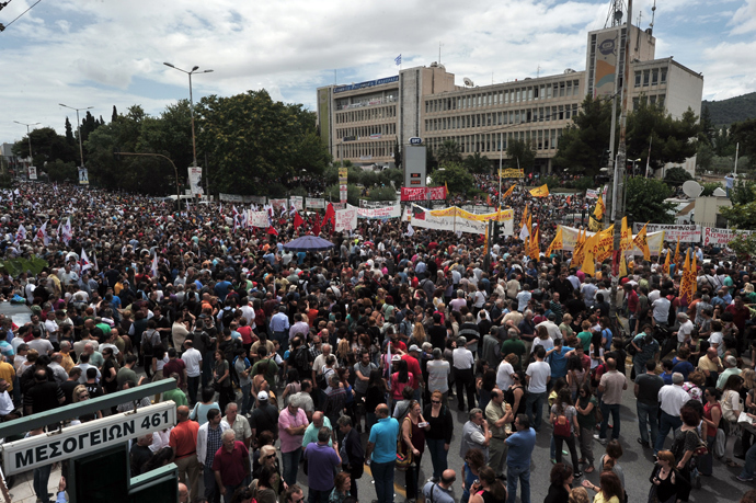Thousands of people gather outside the ERT greek state television headquarters, during a 24-hour strike to support of the ERT employees and the state television status in Athens on June 13, 2013 (AFP Photo / Louisa Gouliamaki)
