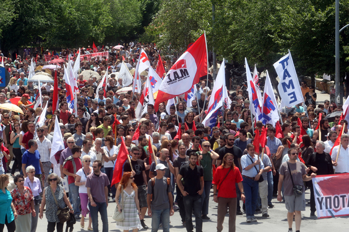 Demonstators take part in a rally in Thessaloniki on June 13, 2013, during a 24-hour strike over the government's sudden ERT shutdown as part of sweeping cost-cutting measures and to call to reverse the controversial lockup (AFP Photo / Sakis Mitrolidis)