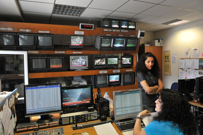 ERT 3 Greek public brodcasters emloyees are pictured in a control room in Thessaloniki on June 13, 2013, during a 24-hour strike over the government's sudden ERT shutdown as part of sweeping cost-cutting measures and to call to reverse the controversial lockup (AFP Photo / Sakis Mitrolidis)