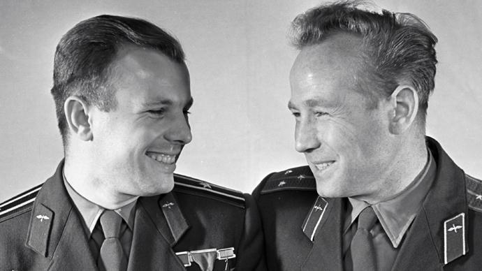 Cosmonauts Yuri Gagarin (L) and Alexey Leonov (RIA Novosti)
