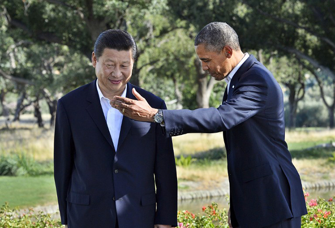 US President Barack Obama and Chinese President Xi Jinping head for their bilateral meeting at the Annenberg Retreat at Sunnylands in Rancho Mirage, California, on June 7, 2013. (AFP Photo / Jewel Samad)