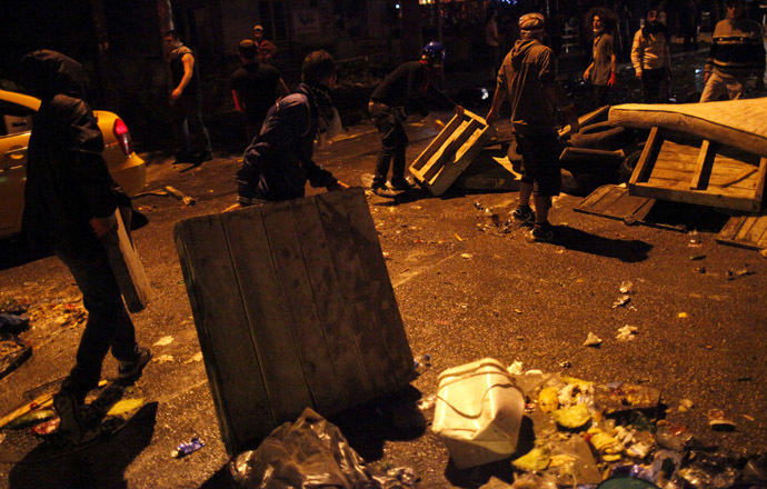 Anti-government protesters erect barricades before clashing with riot policemen during a demonstration along Kennedy street in central Ankara, June 15, 2013. (Reuters/Dado Ruvic)