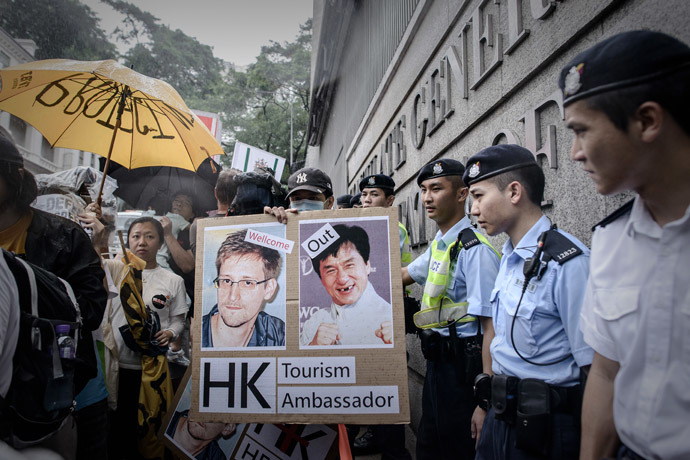 Protesters hold placards as they march along the US consulate in support of former US spy Edward Snowden in Hong Kong on June 15, 2013. (AFP Photo/Philippe Lopez)