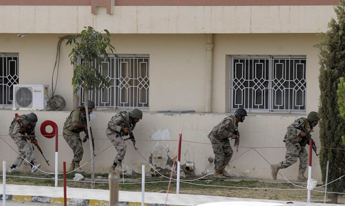 Pakistani paramilitary soldiers take position after militants attacked a hospital in Quetta, the capital of Baluchistan province, on June 15, 2013. (AFP Photo)