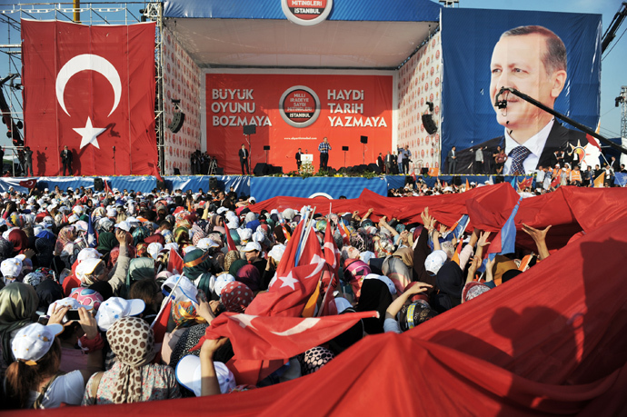Turkish Prime Minister Recep Tayyip Erdogan (C) makes a speach to supporters during a rally on June 16, 2013, in Istanbul (AFP Photo / Ozan Kose)