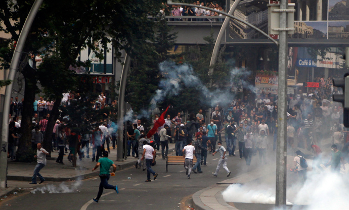 People run to avoid tear gas during protests at Kizilay square in central Ankara, June 16, 2013 (Reuters / Dado Ruvic)