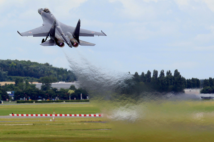 A Sukhoi Su-35 fighter takes off during a flying display, two days before the Paris Air Show, at the Le Bourget airport near Paris, June 15, 2013 (Reuters / Pascal Rossignol)