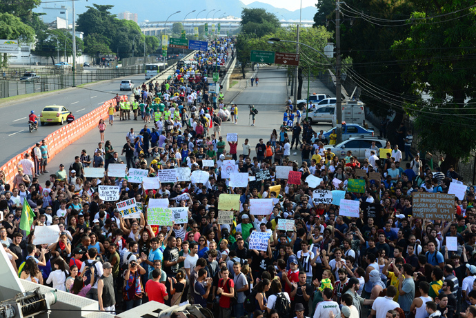 Protestors march outside of Maracana stadium during the FIFA 2013 Confederation Cup football match between Mexico and Italy in Rio de Janeiro, Brazil on June 16, 2013 (AFP Photo / Tasso Marcelo)