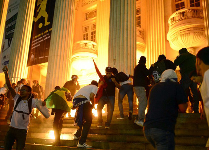 Demonstrators invade the stairs of the Teatro Municipal in downtown Rio de Janeiro on June 17, 2013. (AFP Photo / Christophe Simon)
