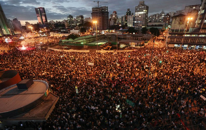 Thousands of students and people take part in a protest in Sao Paulo, Brazil on June 17, 2013. (AFP Photo / Christophe Simon)