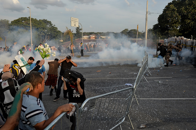 Anti riot police members clash with demonstrators near the Mineirao stadium in Belo Horizonte, Brazill during a protest against corruption and price hikes on June 22, 2013 (AFP Photo / Nelson Almeida)