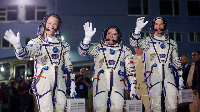 US astronaut Karen Nyberg (L), Russian cosmonaut Fyodor Yurchikhin (C) and European Space Agency (ESA) Italian astronaut Luca Parmitano.(AFP Photo / Maxim Shipenkov)