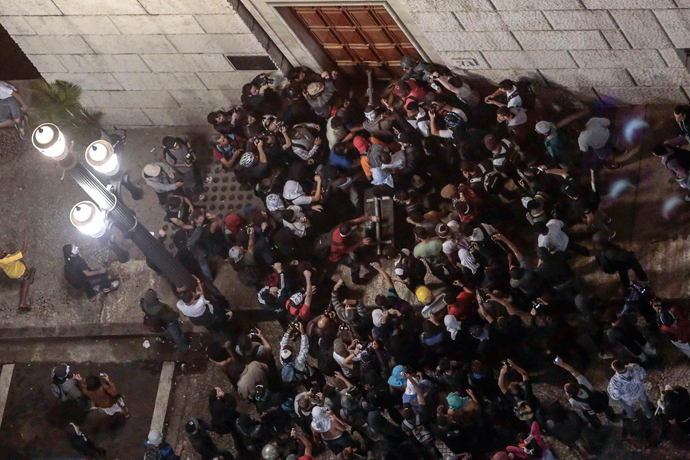 Students try to break down a door of the City Hall building in Sao Paulo, Brazil on June 18, 2013 (AFP Photo / Miguel Schincariol)