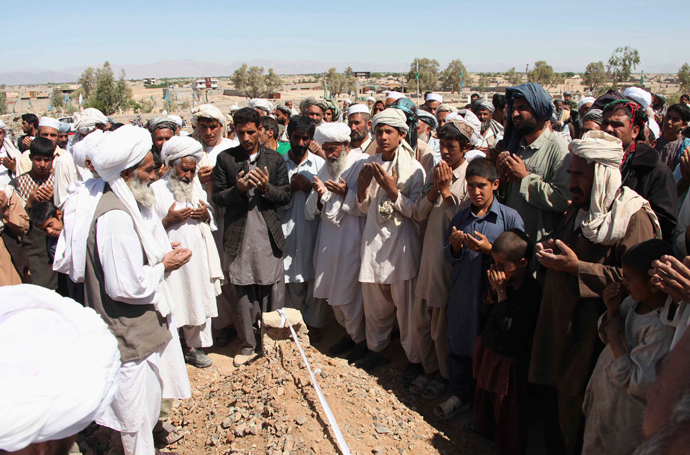 Afghan mourners pray at the grave of a victim of a Taliban suicide attack in Farah province, April 4, 2013 (Reuters / Stringer)