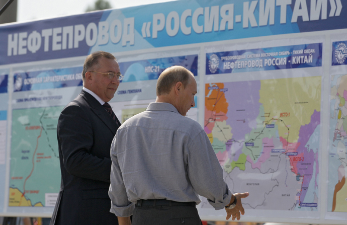 Vladimir Putin (R) examining stands with updates on the construction of the East Siberia-Pacific Ocean (ESPO) oil pipeline and the export route from Russia to China (RIA Novosti / Alexei Druzhinin)