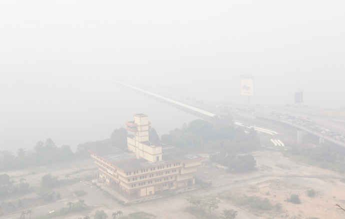 Haze covers the Johor–Singapore Causeway in Johor Bahru, southern Malaysia on June 20, 2013 as acrid odour of burnt wood and grass could be smelled in living rooms and bedrooms across Singapore as well as inside the air-conditioned trains of Singapore's metro system. (AFP Photo)