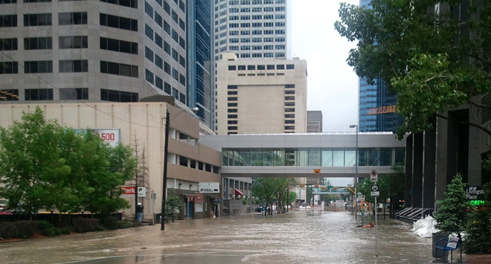 Rising water floods the Bow River in downtown Calgary on June 21, 2013 (AFP Photo / Adam Klamar)