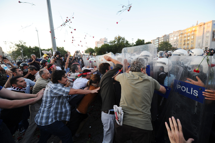 Turkish protesters clash with Turkish riot policemen on Taksim square in Istanbul on June 22, 2013 (AFP Photo / Bulent Kilic)