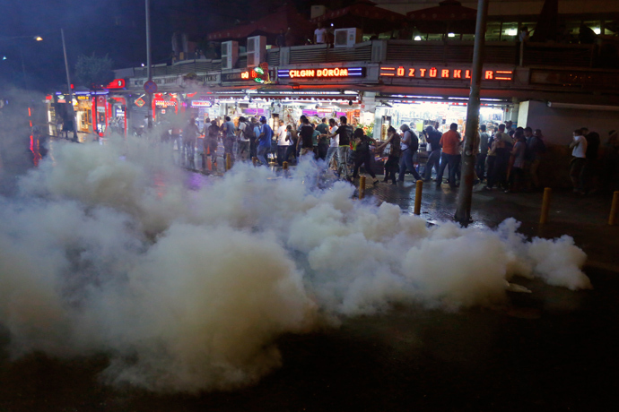 Protesters run as riot police fire teargas at Taksim Square in Istanbul June 22, 2013 (Reuters / Marko Djurica)