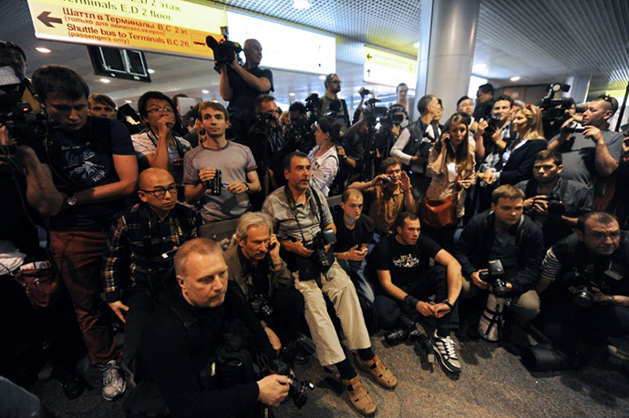 Russian journalists wait for the arrival of former US spy Edward Snowden at the Moscow Sheremetevo airport on June 23, 2013. (AFP Photo / Vasily Maximov)