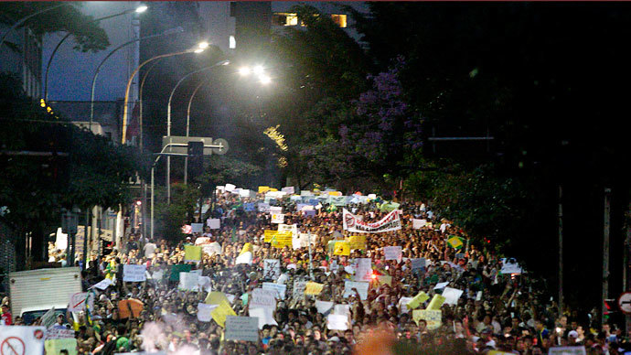 Thousands of people march during a protest on Consolação Street in Sao Paulo, Brazil on June 22, 2013 .(AFP Photo / Daniel Guimaraes)