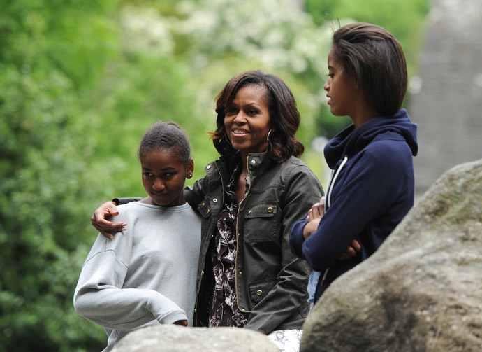US First Lady Michelle Obama (C) comforts her daughter Sasha (L) as Malia (R) looks on during a visit to Glendalough in the Wicklow Mountains National Park in Ireland, on June 18, 2013. (AFP Photo)