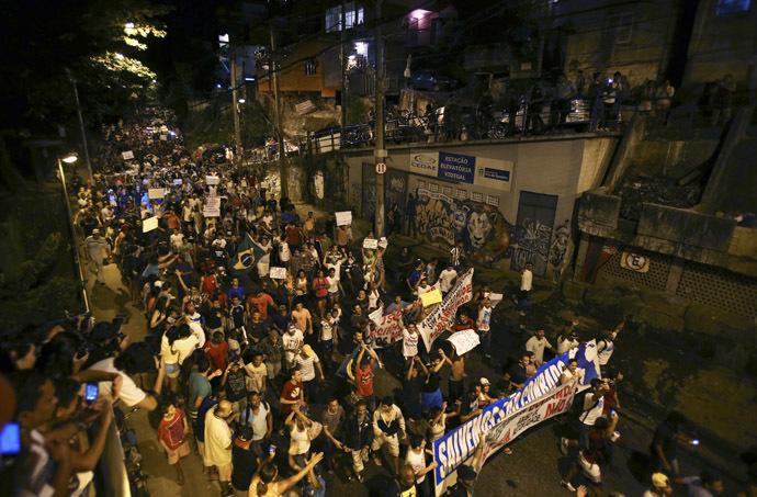Demonstrators from the Rocinha slum take part in a protest as they walk towards Rio de Janeiro governor Sergio Cabral's house, in Rio de Janeiro June 25, 2013. (Reutes)