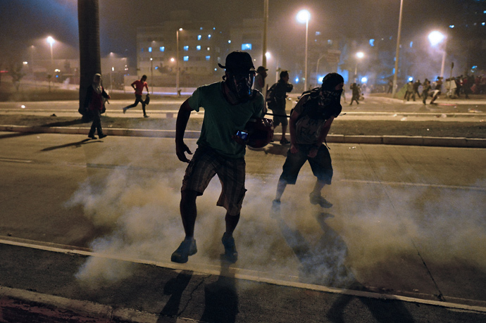 Anti-government demonstrators run during clashes with the police outside the Mineirao stadium in Belo Horizonte, on June 26, 2013 (AFP Photo / Christophe Simon)