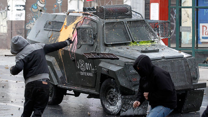 Students clash with riot police during a demonstration against the government to demand changes in the public state education system in Valparaiso city, about 121 km (75 miles) northwest of Santiago, June 26, 2013.(Reuters / Eliseo Fernandez)