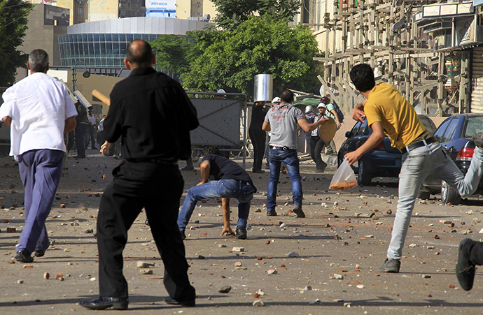 Supporters of Egyptian President Mohamed Morsi and anti-Mursi protesters clash in Sedy Gaber in Alexandria, June 28, 2013. (Reuters)