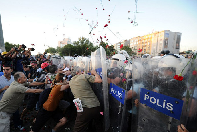Turkish protesters clash with Turkish riot policemen on Taksim square in Istanbul on June 22, 2013. (AFP Photo / Bulent Kilic)