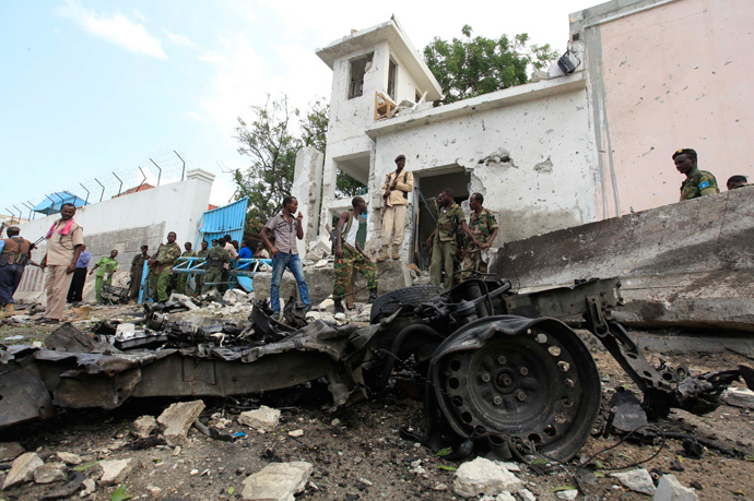 Security agents stand near the scene of a suicide bomb attack outside the United Nations compound in Somalia's capital Mogadishu, June 19, 2013 (Reuters / Feisal Omar)