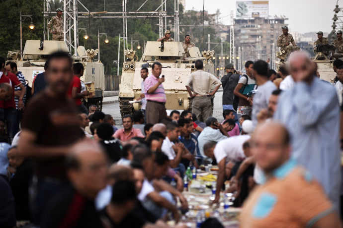 Egyptian soldiers take position outside the presidential palace as opponents of ousted president Mohamed Morsi gather to break their fast with the iftar meal in Cairo on July 12, 2013 (AFP Photo)