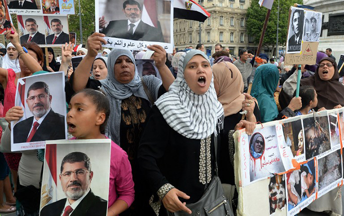 Demonstrators take part in a protest against Egyptian military's ouster of president Mohamed Morsi and the recent army-installed government, on August 18, 2013 in Paris. (AFP Photo / Pierre Andrieu)