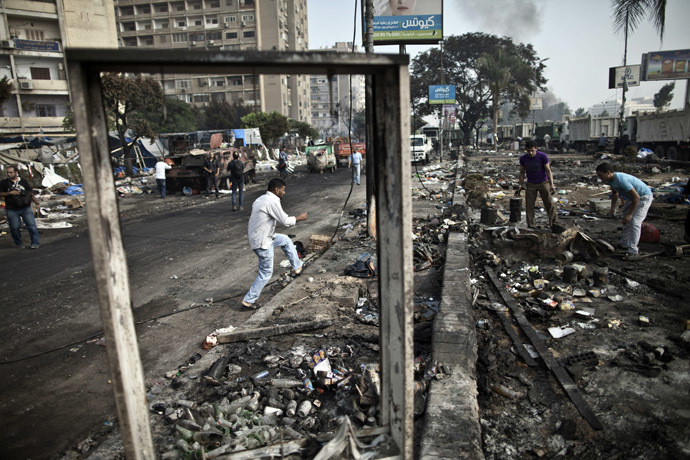 Egyptians search through the debris at Rabaa al-Adawiya square in Cairo on August 15, 2013, following a crackdown on the protest camps of supporters of the Egypt's ousted Islamist leader Mohamed Morsi the previous day. (AFP Photo)
