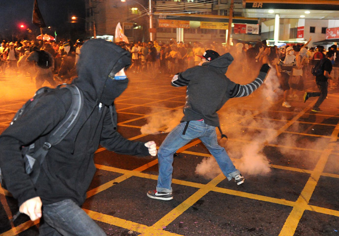 Riot squad officers clash with protestors on a street near Maracana stadium in Rio de Janeiro, Brazil on June 30, 2013, a few hours before the final of the FIFA Confederations Cup football tournament between Brazil and Spain. (AFP Photo)