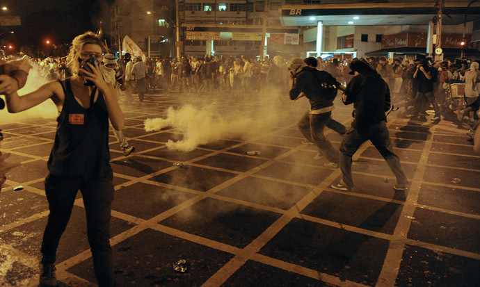 Protestors clash with riot squad officers on a street near Maracana stadium in Rio de Janeiro, Brazil on June 30, 2013, a few hours before the final of the FIFA Confederations Cup football tournament between Brazil and Spain. (AFP Photo)