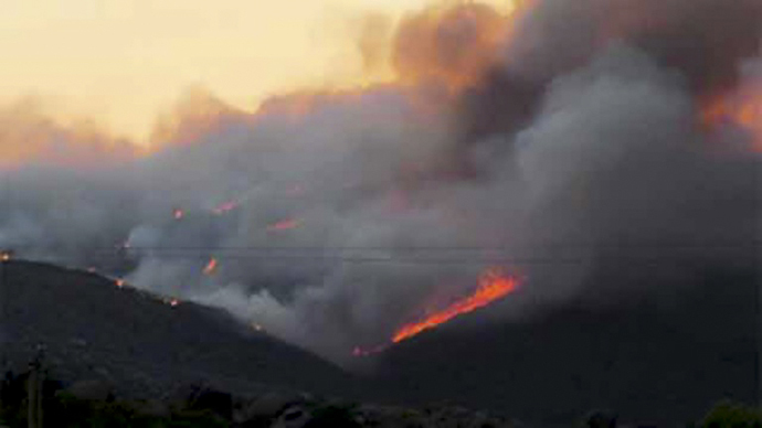 This still image from video provided courtesy of KPHO-TV / CBS-5-AZ.COM shows smoke rising from raging wildfires in the hills near Yarnell, Arizona on June 30, 2013. (AFP Photo / KPHO-TV/CBS-5-AZ.COM)