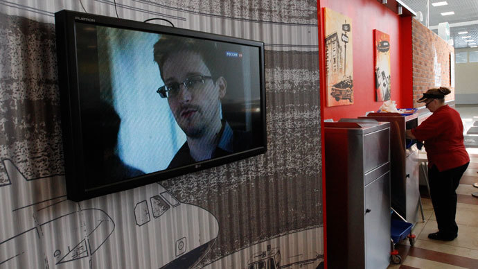 A television screens the image of former U.S. spy agency contractor Edward Snowden during a news bulletin at a cafe at Moscow's Sheremetyevo airport June 26, 2013.(Reuters / Sergei Karpukhin)