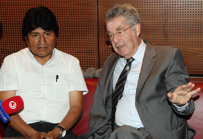 Bolivian President Evo Morales (L) and Austrian President Heinz Fischer address a news conference at the Vienna International Airport in Schwechat July 3, 2013. (Reuters/Heinz-Peter Bader)