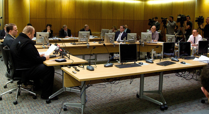 Megaupload founder Kim Dotcom (L) speaks as he comes face to face for the first time with New Zealand Prime Minister John Key (R) as lawmakers examine a controversial proposal allowing intelligence agencies to spy on local residents at Bowen House in Wellington on July 3, 2013. (AFP Photo)